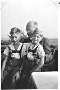 Vater und Soehne beim Wandern 1938