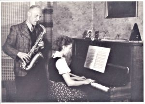 Helga-Cent-Velden-Hausmusik-in-der-Hussitenstrasse-1941-300x216