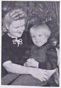 Saskia-von-Brockdorff-Erika-mit-Tochter-Saskia-ca-1940-207x300
